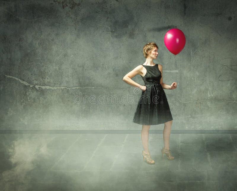 Γυναίκα με το κόκκινο μπαλόνι στην αφηρημένη θέση στοκ φωτογραφίες με δικαίωμα ελεύθερης χρήσης