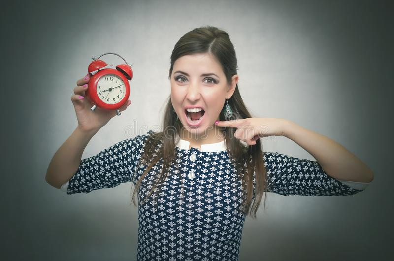 γυναίκα με το κόκκινο ξυπνητήριη oversleep Αργά στην εργασία ή το σχολικό μάθημα στοκ φωτογραφίες με δικαίωμα ελεύθερης χρήσης