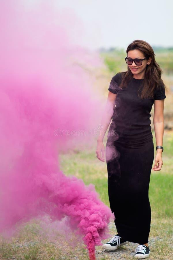 Γυναίκα με το μακρυμάλλες φορώντας μακρύ μαύρο πουκάμισο γυαλιών στοκ εικόνες με δικαίωμα ελεύθερης χρήσης