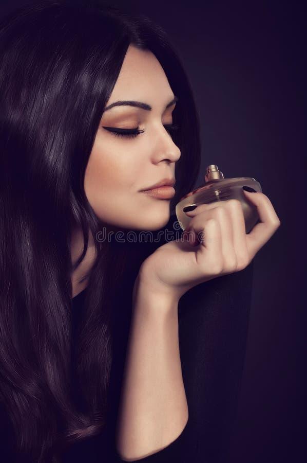 Γυναίκα με το μπουκάλι αρώματος στοκ εικόνα με δικαίωμα ελεύθερης χρήσης