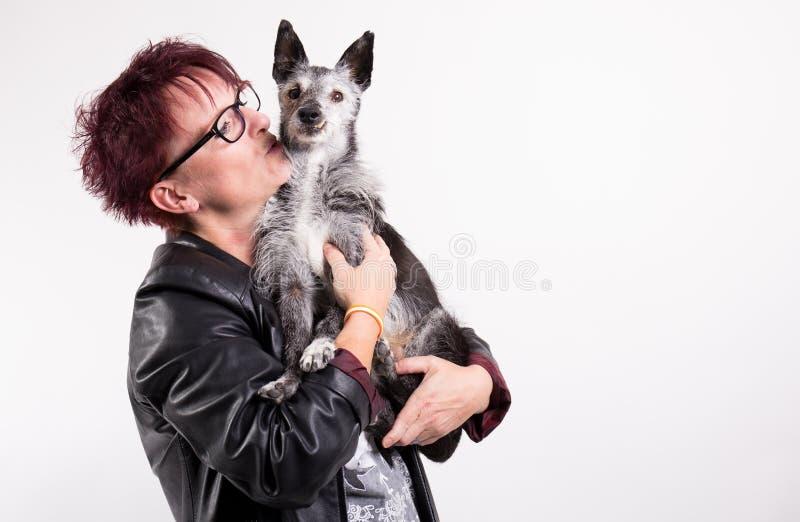 Γυναίκα με το παλαιό σκυλί στοκ φωτογραφία με δικαίωμα ελεύθερης χρήσης