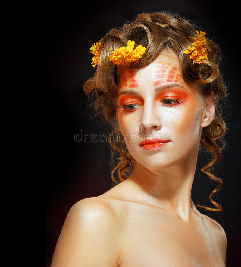 Γυναίκα με το πορτοκαλί καλλιτεχνικό visage στοκ φωτογραφία