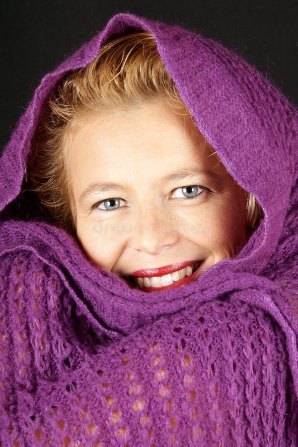 Γυναίκα με το πορφυρό μάλλινο μαντίλι στοκ φωτογραφία