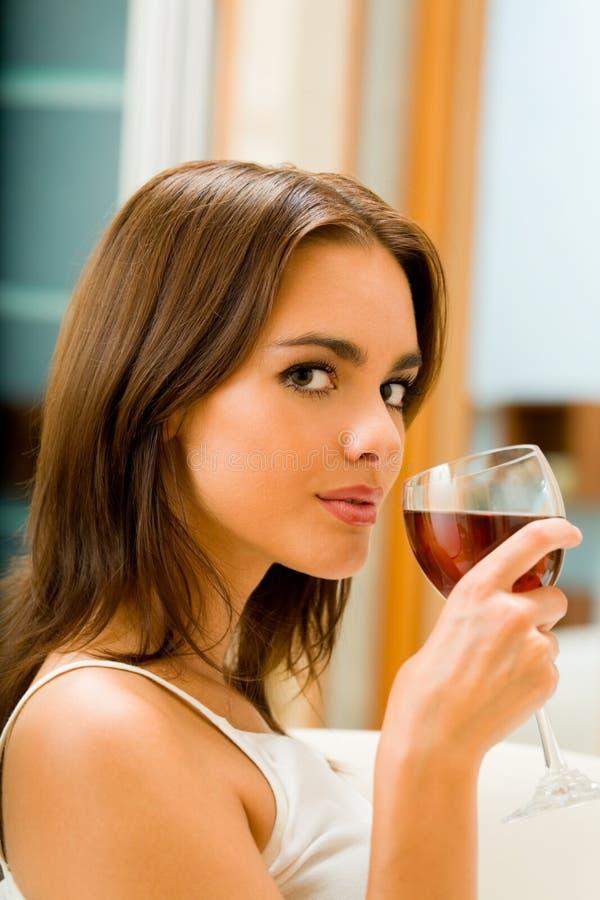 Γυναίκα με το ποτήρι του κόκκινου κρασιού στοκ εικόνες με δικαίωμα ελεύθερης χρήσης