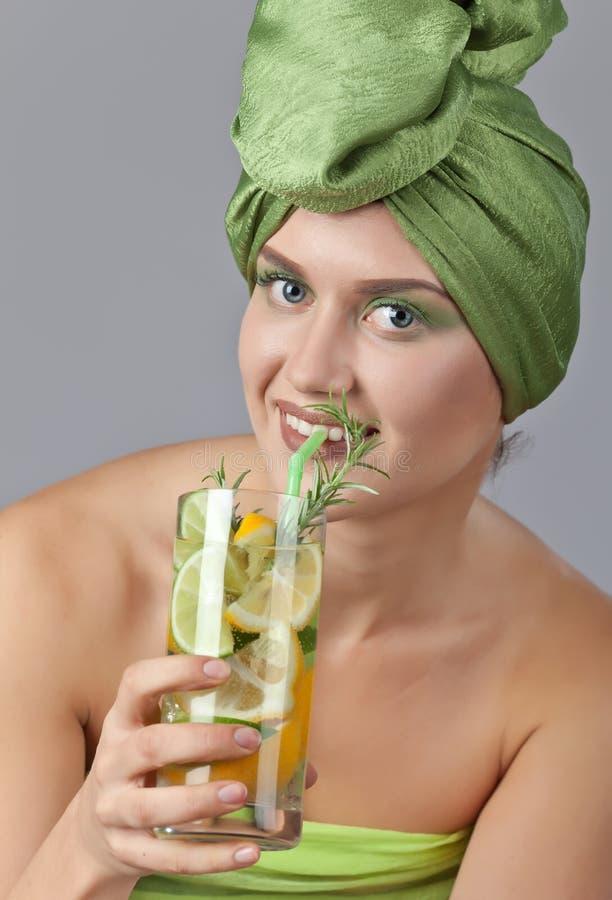 Γυναίκα με το ποτό από το λεμόνι και τον ασβέστη στοκ φωτογραφία