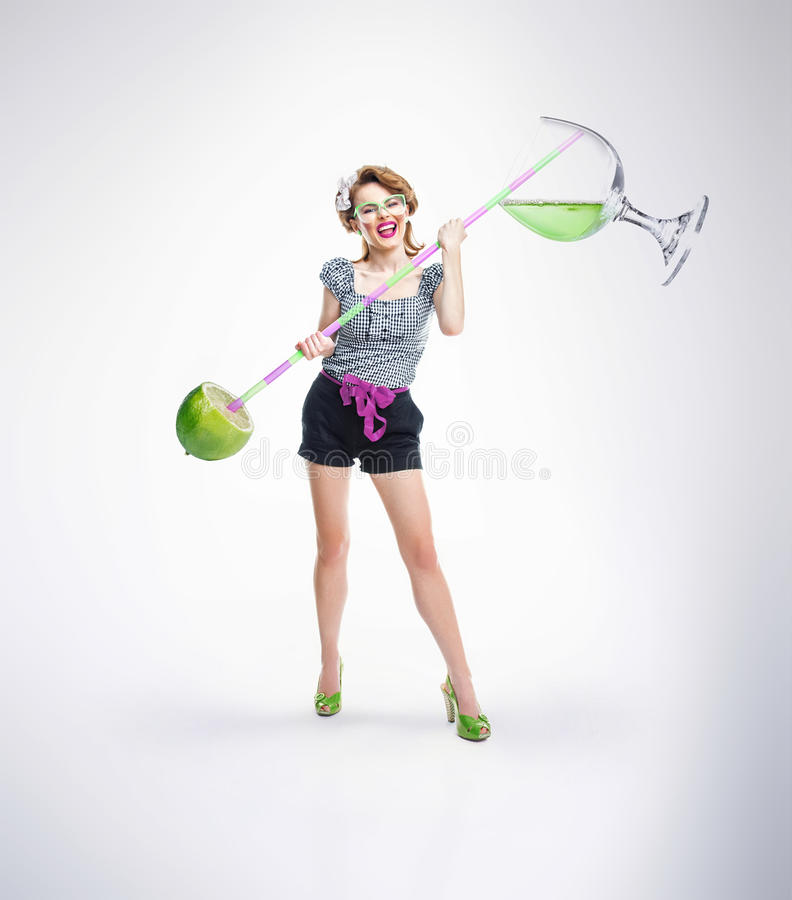 Γυναίκα με το ποτό και τα φρούτα στοκ εικόνα με δικαίωμα ελεύθερης χρήσης