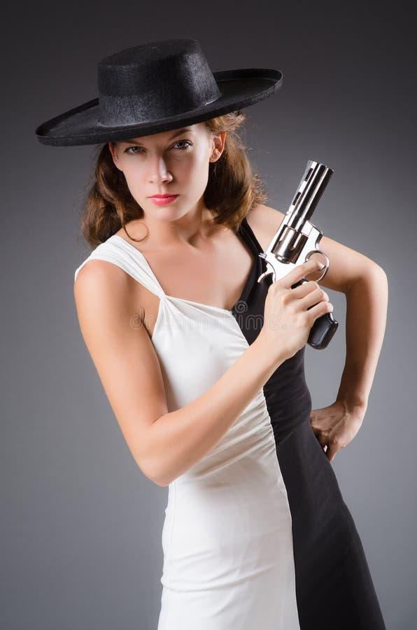 Γυναίκα με το πυροβόλο όπλο ενάντια στοκ εικόνα