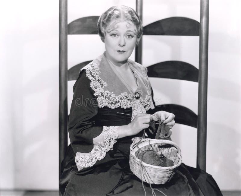 Γυναίκα με το πλέξιμο καλαθιών στοκ εικόνες