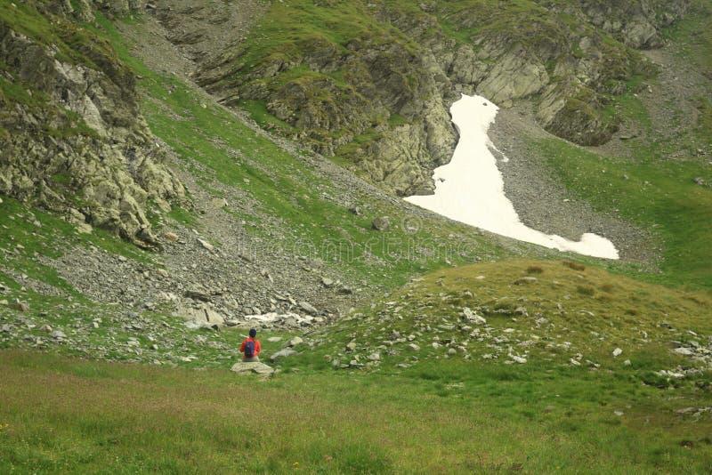 Γυναίκα με το σακίδιο πλάτης μόνο στη φύση στοκ φωτογραφία