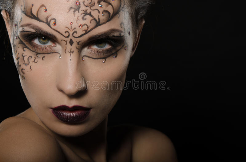 Γυναίκα με το σκοτεινό σχέδιο δαντελλών στο πρόσωπο στοκ φωτογραφίες με δικαίωμα ελεύθερης χρήσης