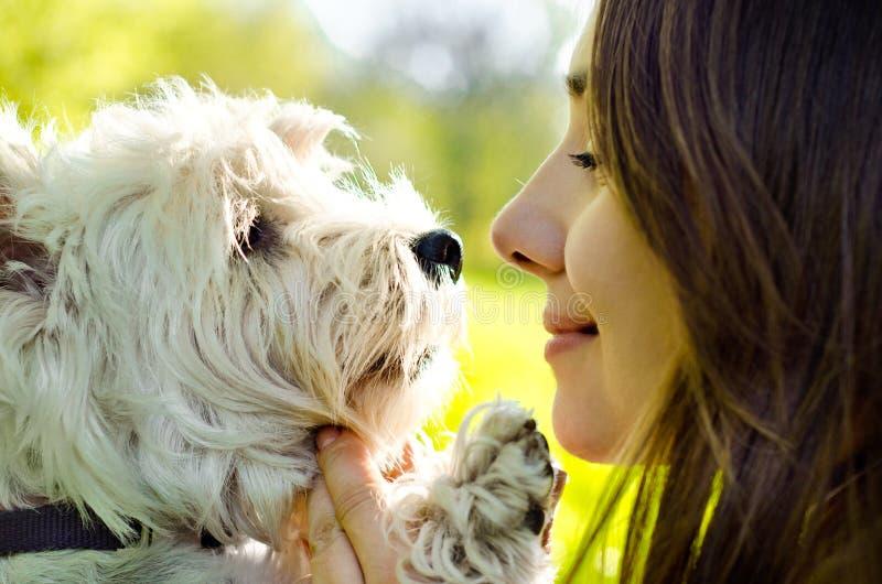 Γυναίκα με το σκυλί στοκ εικόνες