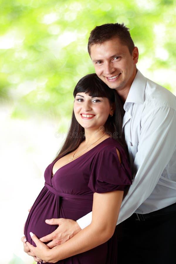 Γυναίκα με το σύζυγό της υπαίθριο στοκ εικόνα
