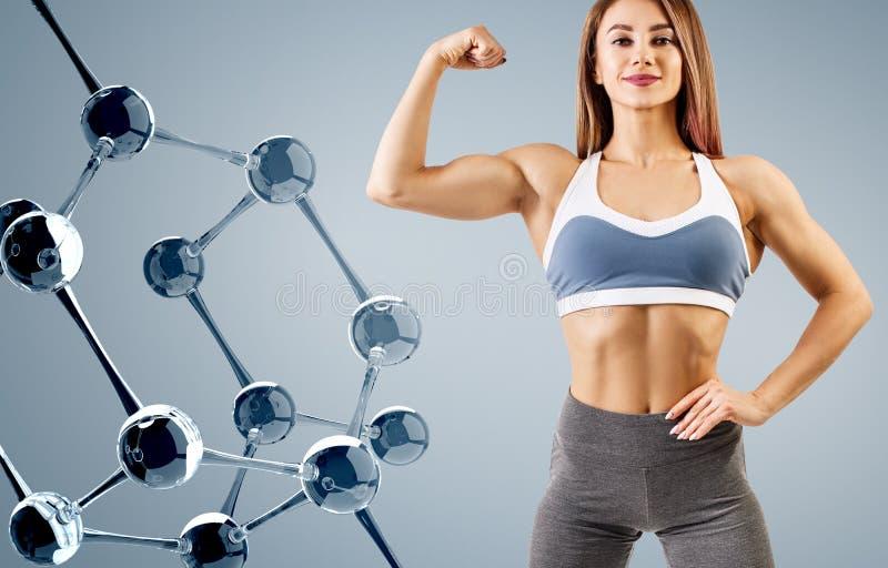 Γυναίκα με το τέλειο αθλητικό σώμα κοντά στην αλυσίδα μορίων στοκ εικόνες