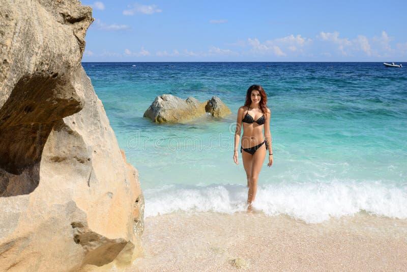 Γυναίκα με το τέλειο λεπτό περπάτημα σωμάτων στην παραλία στοκ φωτογραφία με δικαίωμα ελεύθερης χρήσης