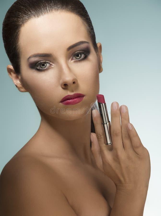 Γυναίκα με το τέλειο visage και το κραγιόν στοκ εικόνες