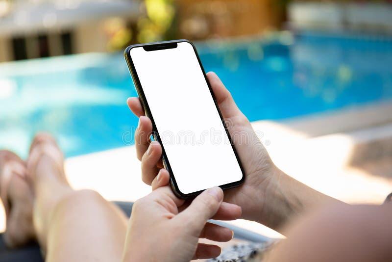 Γυναίκα με το τηλέφωνο εκμετάλλευσης λιμνών με μια οθόνη στοκ φωτογραφίες
