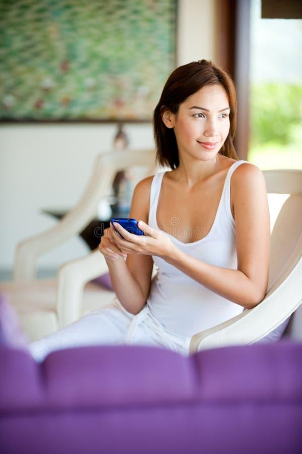 Γυναίκα με το τηλέφωνο στοκ φωτογραφία με δικαίωμα ελεύθερης χρήσης