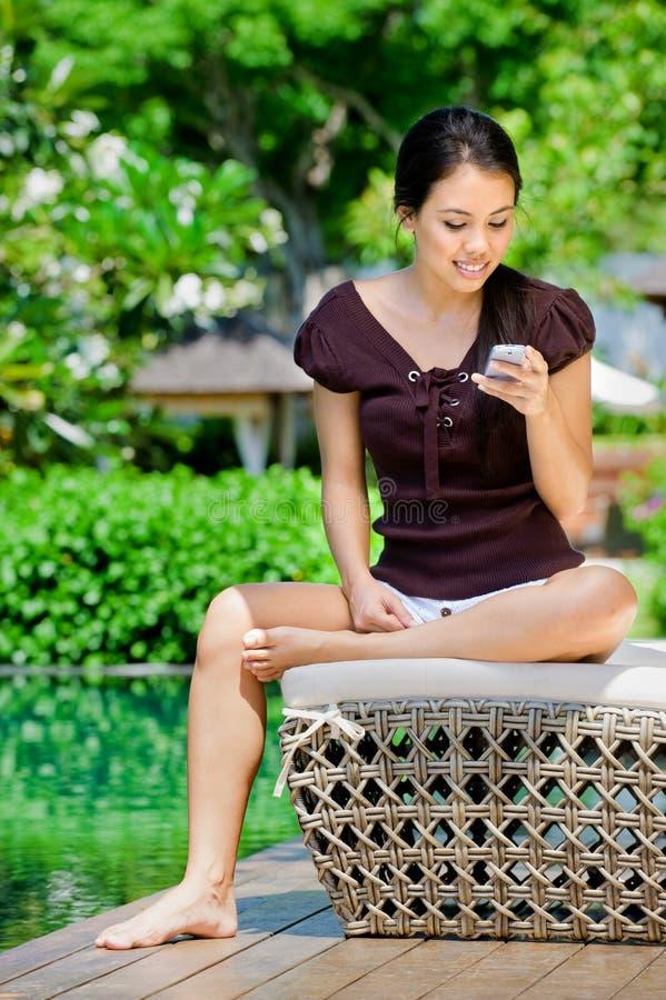 Γυναίκα με το τηλέφωνο στοκ φωτογραφίες