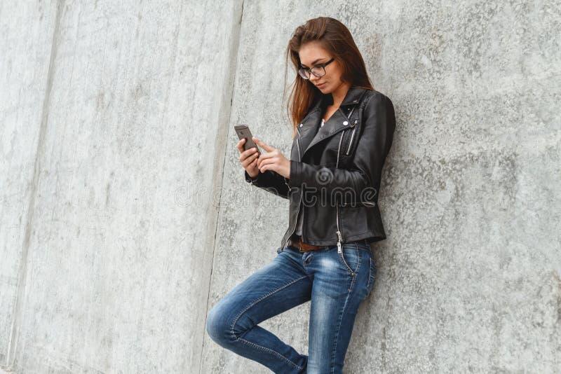 Γυναίκα με το τηλέφωνο διαθέσιμο στοκ εικόνα με δικαίωμα ελεύθερης χρήσης