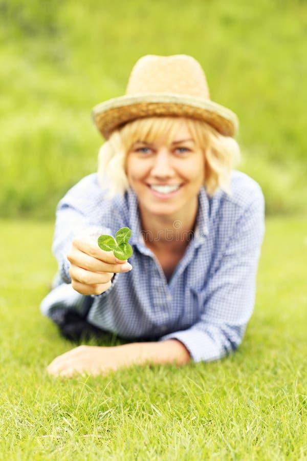 Γυναίκα με το τριφύλλι στοκ εικόνες