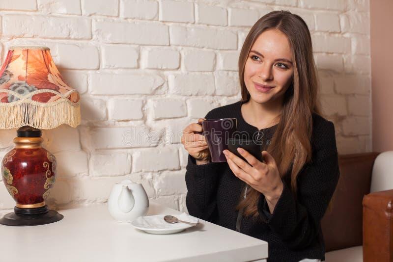 Γυναίκα με το τσάι και το smartphone στοκ εικόνες με δικαίωμα ελεύθερης χρήσης