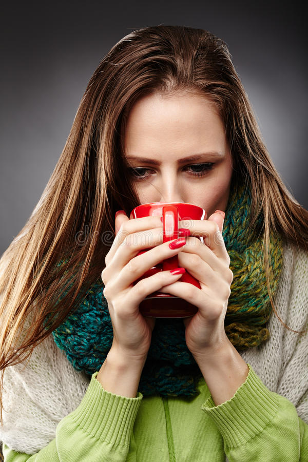 Γυναίκα με το τσάι κατανάλωσης γρίπης στοκ φωτογραφίες