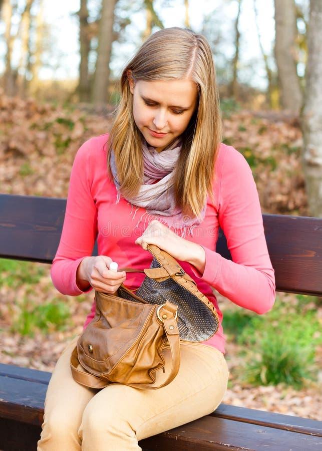 Γυναίκα με το τσαντάκι στοκ εικόνα με δικαίωμα ελεύθερης χρήσης