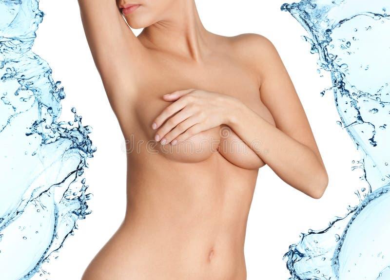 Γυναίκα με το φρέσκο δέρμα στους παφλασμούς του νερού στοκ εικόνες