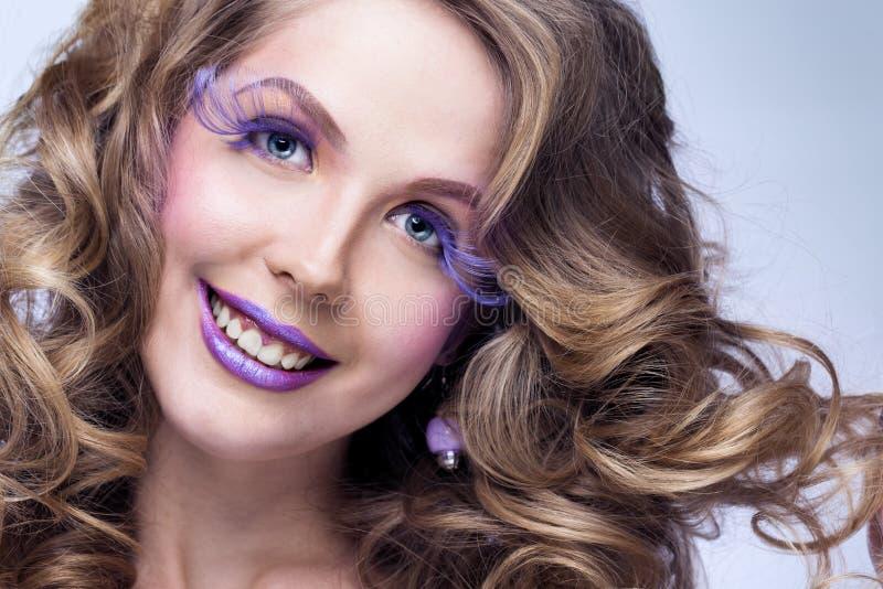 Γυναίκα με το φωτεινό makeup στοκ εικόνα με δικαίωμα ελεύθερης χρήσης