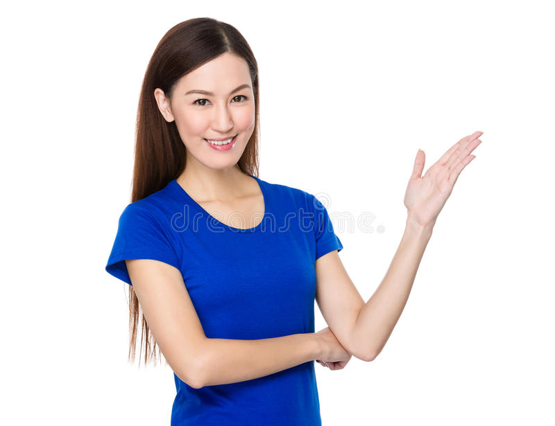 Γυναίκα με το χέρι που παρουσιάζει κενό σημάδι στοκ εικόνες με δικαίωμα ελεύθερης χρήσης