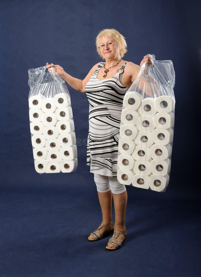 Γυναίκα με το χαρτί τουαλέτας. στοκ φωτογραφίες με δικαίωμα ελεύθερης χρήσης