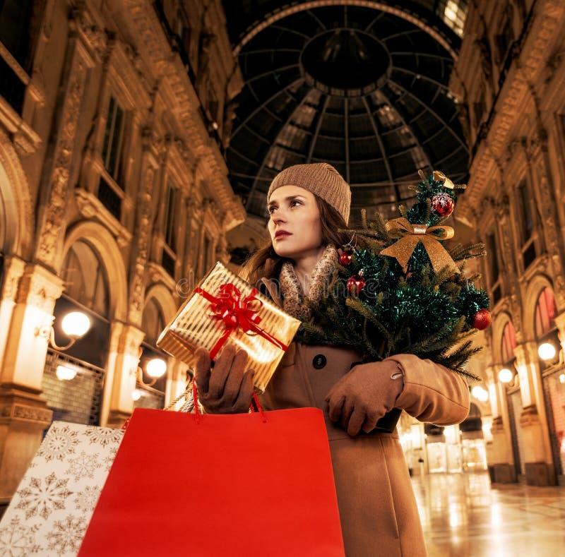 Γυναίκα με το χριστουγεννιάτικο δέντρο σε Galleria Vittorio Emanuele στοκ φωτογραφίες