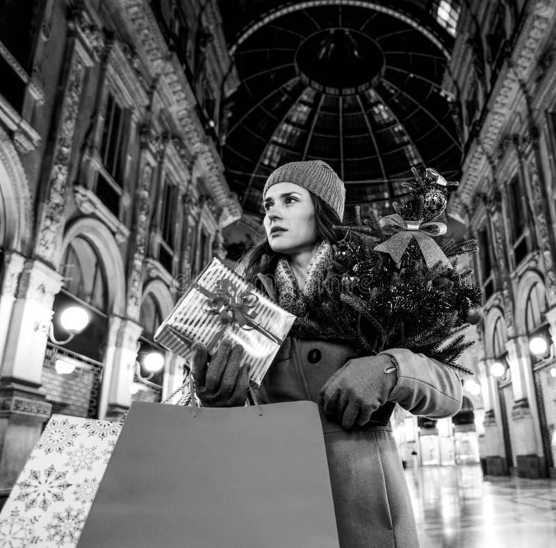 Γυναίκα με το χριστουγεννιάτικο δέντρο σε Galleria Vittorio Emanuele στοκ φωτογραφία