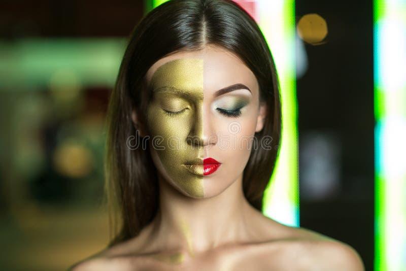 Γυναίκα με το χρυσό μέρος του προσώπου στοκ φωτογραφία με δικαίωμα ελεύθερης χρήσης
