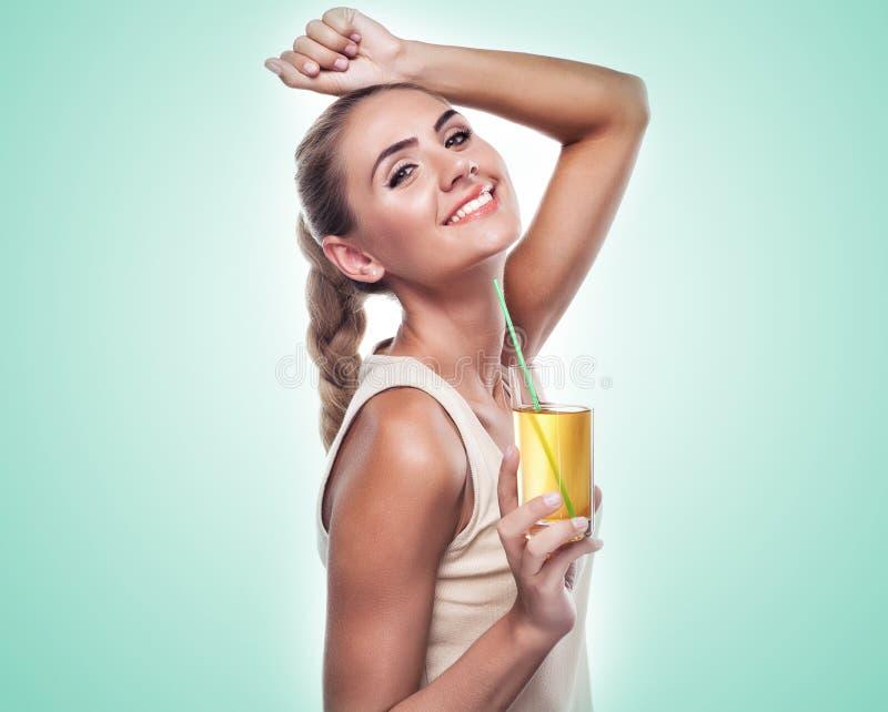 Γυναίκα με το χυμό μήλων στο άσπρο υπόβαθρο. Έννοια χορτοφάγο δ στοκ φωτογραφία