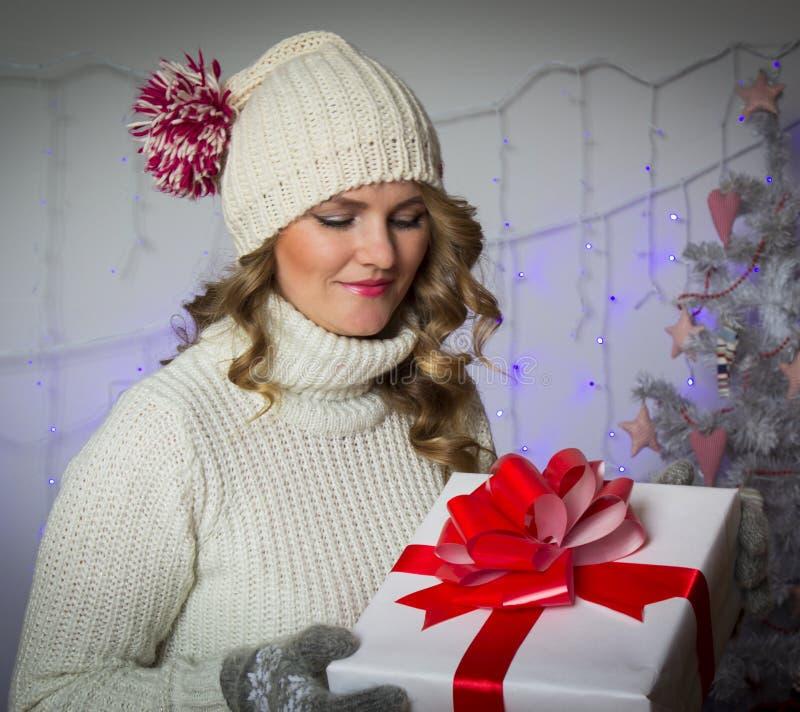 Γυναίκα με το δώρο Χριστουγέννων στοκ φωτογραφίες με δικαίωμα ελεύθερης χρήσης