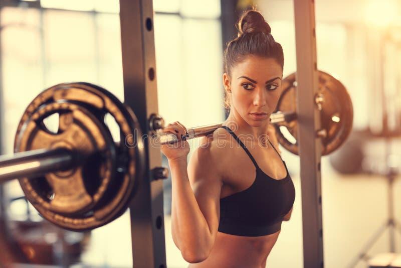 Γυναίκα με το barbell στη γυμναστική στοκ φωτογραφίες με δικαίωμα ελεύθερης χρήσης