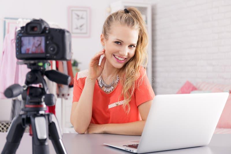 Γυναίκα με το lap-top και τη κάμερα στοκ φωτογραφία