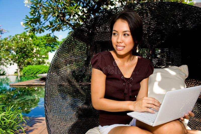 Γυναίκα με το lap-top στοκ φωτογραφία με δικαίωμα ελεύθερης χρήσης