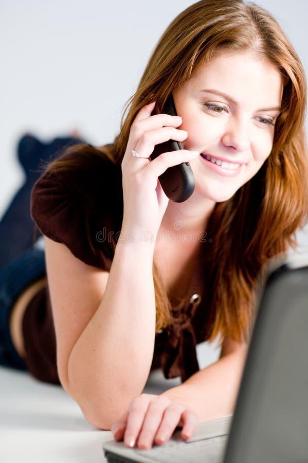 Γυναίκα με το lap-top στοκ εικόνες