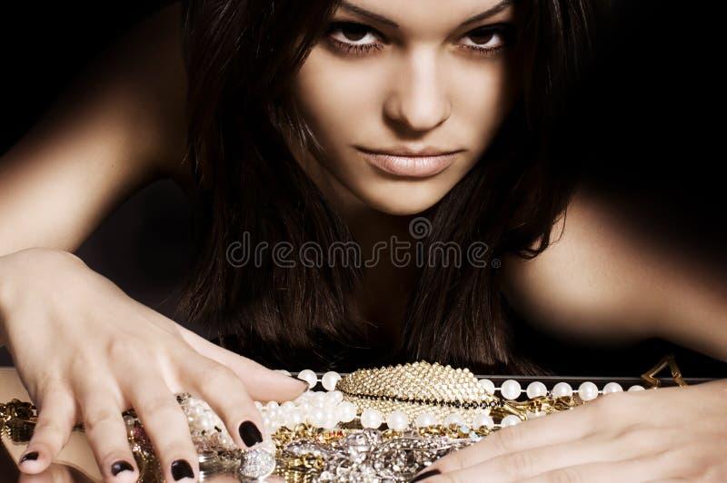 Γυναίκα με το makeup και τις πολύτιμες διακοσμήσεις στοκ φωτογραφίες