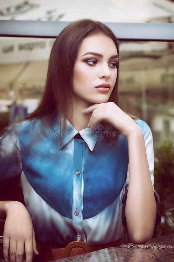 Γυναίκα με το makeup στα ενδύματα μόδας στοκ φωτογραφία με δικαίωμα ελεύθερης χρήσης