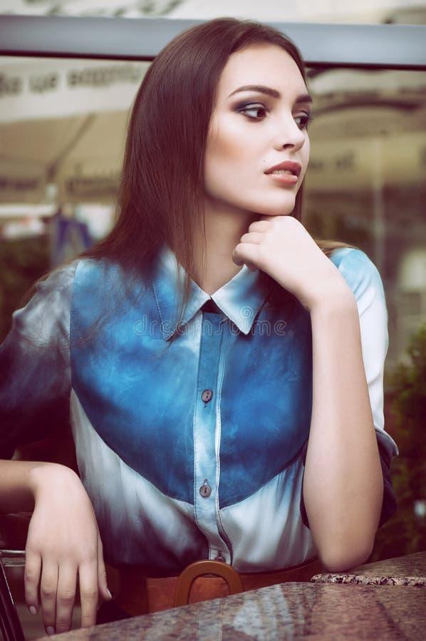 Γυναίκα με το makeup στα ενδύματα μόδας στοκ εικόνα με δικαίωμα ελεύθερης χρήσης