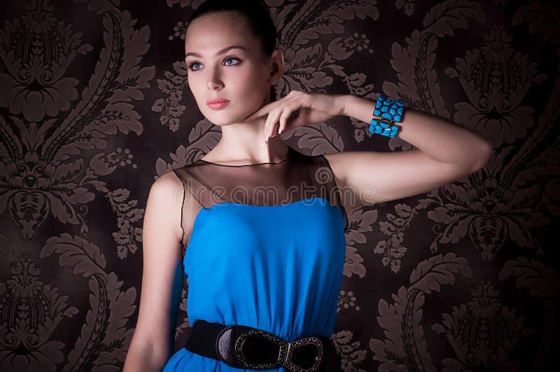 Γυναίκα με το makeup στο μπλε φόρεμα στοκ φωτογραφίες με δικαίωμα ελεύθερης χρήσης