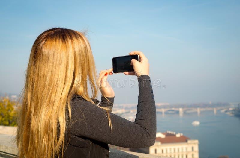 Γυναίκα με το smartphone, Βουδαπέστη, Ευρώπη στοκ εικόνα