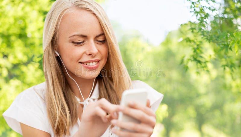 Γυναίκα με το smartphone που ακούει τη μουσική στοκ φωτογραφίες με δικαίωμα ελεύθερης χρήσης