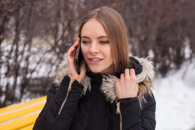 Γυναίκα με το smartphone στοκ φωτογραφίες με δικαίωμα ελεύθερης χρήσης