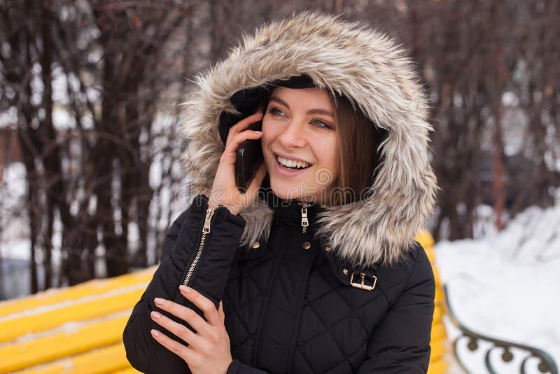 Γυναίκα με το smartphone στοκ φωτογραφία με δικαίωμα ελεύθερης χρήσης