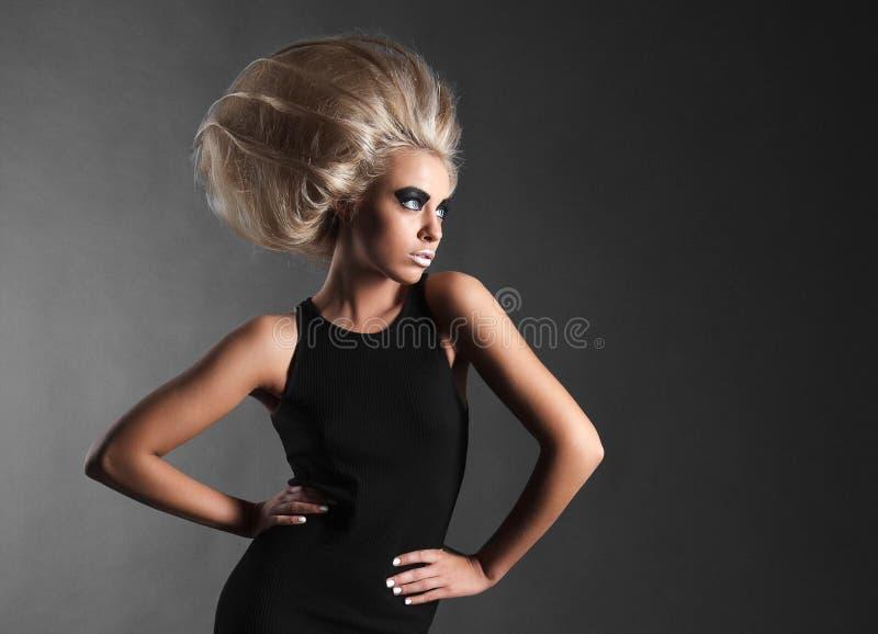 Γυναίκα με φουτουριστικό Hairdo στοκ φωτογραφία με δικαίωμα ελεύθερης χρήσης