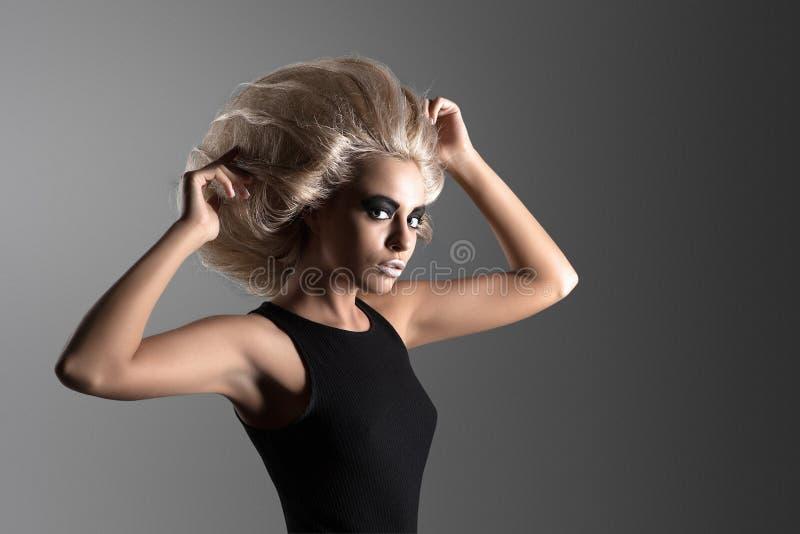 Γυναίκα με φουτουριστικό Hairdo στοκ φωτογραφίες